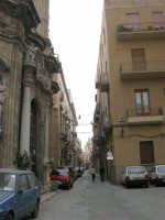Chiesa del Purgatorio, sulla sinistra, e strada del centro storico - 2 ottobre 2005   - Trapani (1523 clic)