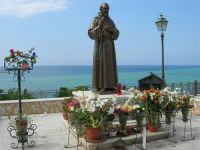 piazza Petrolo - statua di Padre Pio - 7 maggio 2006  - Castellammare del golfo (3139 clic)