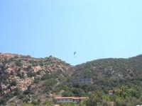Villaggio Turistico Capo Calavà: dalla spiaggia seguiamo il volo di un parapendio - 23 luglio 2006   - Gioiosa marea (1494 clic)