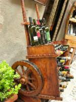 carrettino in legno con esposizione di bottiglie di vino siciliano - 25 aprile 2006  - Erice (3849 clic)