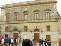 Piazza Umberto I: Municipio - 25 aprile 2006  - Erice (1686 clic)