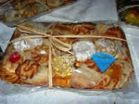 sullo sfondo dell'antica tonnara, BONTON - la II Rassegna Enogastronomica di Tonno e Prodotti di Tonnara, che presenta, oltre al tonno, altri prodotti tipici del territorio trapanese - All'interno del Villaggio Bonton, esposti dolci con pasta di mandorle - 3 giugno 2007  - Bonagia (2550 clic)
