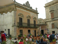 Piazza Umberto I: turisti seduti ai tavolini di un bar - 25 aprile 2006  - Erice (1366 clic)