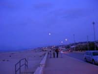 Luna piena sul lungomare della spiaggia Plaja, ovvero la spiaggetta di Castellammare - 16 ottobre 2005   - Castellammare del golfo (1358 clic)