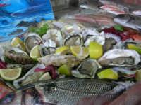 pesci in esposizione dinanzi al Ristorante La Cambusa - 3 dicembre 2006    - Castellammare del golfo (1574 clic)