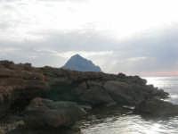Golfo del Cofano - scogliera e mare: scende la sera - 23 agosto 2008  - San vito lo capo (481 clic)