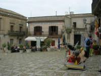 Piazza Umberto I: Biblioteca e Museo - turisti seduti ai tavolini di un bar - 25 aprile 2006  - Erice (1256 clic)