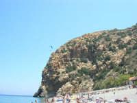 Villaggio Turistico Capo Calavà: dalla spiaggia seguiamo il volo di un parapendio - 23 luglio 2006   - Gioiosa marea (1358 clic)
