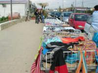 contrada Spiaggia Plaja - bancarelle - 7 maggio 2006   - Castellammare del golfo (800 clic)