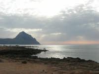 Golfo del Cofano - scogliera e mare: scende la sera - 23 agosto 2008  - San vito lo capo (503 clic)