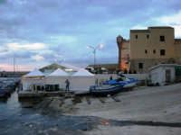 sullo sfondo dell'antica tonnara, BONTON - la II Rassegna Enogastronomica di Tonno e Prodotti di Tonnara, che presenta, oltre al tonno, altri prodotti tipici del territorio trapanese - Il Villaggio Bonton - 3 giugno 2007  - Bonagia (2768 clic)
