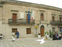 Piazza Umberto I: volo di colombi - Biblioteca e Museo - 25 aprile 2006  - Erice (1410 clic)