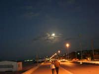 Luna piena sul lungomare della spiaggia Plaja, ovvero la spiaggetta di Castellammare - 16 ottobre 2005   - Castellammare del golfo (1372 clic)