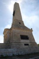 sul colle Pianto Romano, monumento - ossario (alto circa 30 metri) dedicato ai caduti garibaldini nella battaglia contro i Borbonici vinta da Garibaldi durante l'avanzata dei Mille verso la Capitale (15 maggio 1860) - 4 ottobre 2007  - Calatafimi segesta (778 clic)