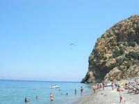 Villaggio Turistico Capo Calavà: dalla spiaggia seguiamo il volo di un parapendio - 23 luglio 2006   - Gioiosa marea (1404 clic)
