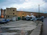 sullo sfondo dell'antica tonnara, BONTON - la II Rassegna Enogastronomica di Tonno e Prodotti di Tonnara, che presenta, oltre al tonno, altri prodotti tipici del territorio trapanese - Il Villaggio Bonton - 3 giugno 2007  - Bonagia (2978 clic)