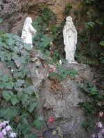 in una grotta, sulla strada, la statua della Madonna di Lourdes- 5 ottobre 2007   - Montelepre (2727 clic)