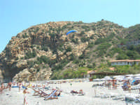 Villaggio Turistico Capo Calavà: dalla spiaggia seguiamo il volo di un parapendio - 23 luglio 2006   - Gioiosa marea (1277 clic)