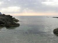Golfo del Cofano - scogliera e mare: scende la sera - 23 agosto 2008  - San vito lo capo (600 clic)
