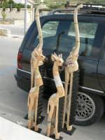 contrada Spiaggia Plaja - animali scolpiti nel legno - 7 maggio 2006   - Castellammare del golfo (1333 clic)