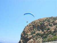 Villaggio Turistico Capo Calavà: dalla spiaggia seguiamo il volo di un parapendio - 23 luglio 2006   - Gioiosa marea (1310 clic)