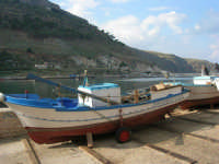 al porto: barca in secca - 3 dicembre 2006  - Castellammare del golfo (726 clic)