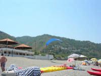 Villaggio Turistico Capo Calavà: dalla spiaggia seguiamo il volo di un parapendio - 23 luglio 2006   - Gioiosa marea (1350 clic)