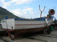 al porto: barca in secca - 3 dicembre 2006  - Castellammare del golfo (759 clic)