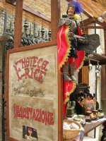 esposizione di prodotti alimentari tipici locali; in primo piano un pupo siciliano - 25 aprile 2006   - Erice (3871 clic)