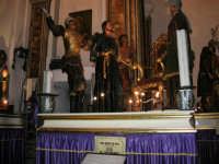 6 - GESU' DINANZI AD ANNA (ceto dei FRUTTIVENDOLI) - Chiesa del Purgatorio sede dei gruppi dei Misteri. I gruppi narrano la passione e morte di Cristo ed escono in processione annualmente, in ordine cronologico, secondo la Via Crucis, dal primo pomeriggio del Venerdì Santo fino alla tarda mattinata del sabato - 2 ottobre 2005  - Trapani (2112 clic)
