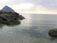 Golfo del Cofano - scogliera e mare: scende la sera - 23 agosto 2008  - San vito lo capo (478 clic)