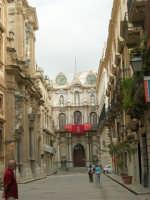 Uno scorcio di Corso Vittorio Emanuele, la via principale della Trapani settecentesca. Sul fondo La Loggia dell'Orologio - 2 ottobre 2005   - Trapani (1429 clic)