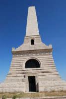 sul colle Pianto Romano, monumento - ossario (alto circa 30 metri) dedicato ai caduti garibaldini nella battaglia contro i Borbonici vinta da Garibaldi durante l'avanzata dei Mille verso la Capitale (15 maggio 1860) - 4 ottobre 2007  - Calatafimi segesta (780 clic)