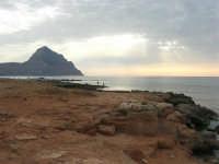Golfo del Cofano - scogliera e mare: scende la sera - 23 agosto 2008  - San vito lo capo (466 clic)