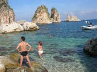 i faraglioni - ancora un'occasione per un bagno fuori stagione - 29 ottobre 2006  - Scopello (1191 clic)