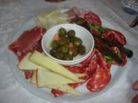 C/da Digerbato - Tenuta Volpara - antipasto: misto  di salumi e formaggi, al centro ciotola con olive condite (alivi cunzati) - 27 aprile 2008  - Marsala (11302 clic)