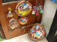 esposizione di tamburelli, bamboline in costume e carrettini siciliani  - 25 aprile 2006  - Erice (1593 clic)