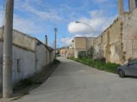 frazione di Buseto Palizzolo - una via e la chiesa diroccata sulla destra - 18 gennaio 2009   - Bruca (5170 clic)