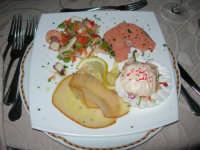 Antipasto di pesce: insalata di mare - salmone marinato - cocktail di gambero - spada fumè - L'Ancora - 6 settembre 2008  - Campobello di mazara (17437 clic)