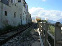 il binario che attraversa il paese e che quasi tocca le case - 5 ottobre 2008  - Balestrate (1053 clic)