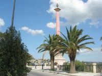 palme lungo il viale del belvedere e la Madonna di Lourdes sulla colonna votiva - 25 aprile 2008   - Sciacca (1496 clic)