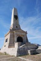 sul colle Pianto Romano, monumento - ossario (alto circa 30 metri) dedicato ai caduti garibaldini nella battaglia contro i Borbonici vinta da Garibaldi durante l'avanzata dei Mille verso la Capitale (15 maggio 1860) - 4 ottobre 2007  - Calatafimi segesta (865 clic)