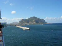 a bordo della GNV LA SUPERBA: ingresso al porto e vista del Monte Pellegrino - 27 agosto 2006  - Palermo (1856 clic)