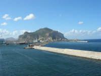 a bordo della GNV LA SUPERBA: ingresso al porto e vista del Monte Pellegrino - 27 agosto 2006  - Palermo (1733 clic)