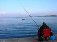 sul molo, aspettando che abbocchi . . . - 3 dicembre 2006   - Castellammare del golfo (805 clic)