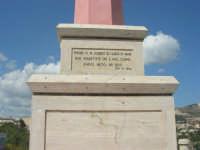 lungo il viale del belvedere, la base della colonna votiva inaugurata alla presenza di autorità italiane e francesi il 28.6.1964, nel XL anniversario della perdita del DIXMUDE - scritta di invocazione alla Madonna di Lourdes - 25 aprile 2008    - Sciacca (1420 clic)