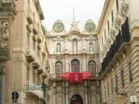 Uno scorcio di Corso Vittorio Emanuele, la via principale della Trapani settecentesca - La Loggia dell'Orologio - 2 ottobre 2005   - Trapani (1714 clic)
