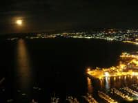 una luna spettacolare e le luci del Golfo di Castellammare - 18 settembre 2008   - Castellammare del golfo (496 clic)