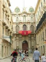 Uno scorcio di Corso Vittorio Emanuele, la via principale della Trapani settecentesca - La Loggia dell'Orologio - 2 ottobre 2005   - Trapani (1560 clic)