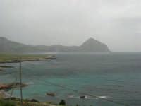 Macari - Golfo del Cofano - il forte vento di scirocco spazza il mare e solleva mulinelli d'acqua che partono dalla riva e si allontanano velocemente verso il largo - 29 marzo 2009   - San vito lo capo (1598 clic)